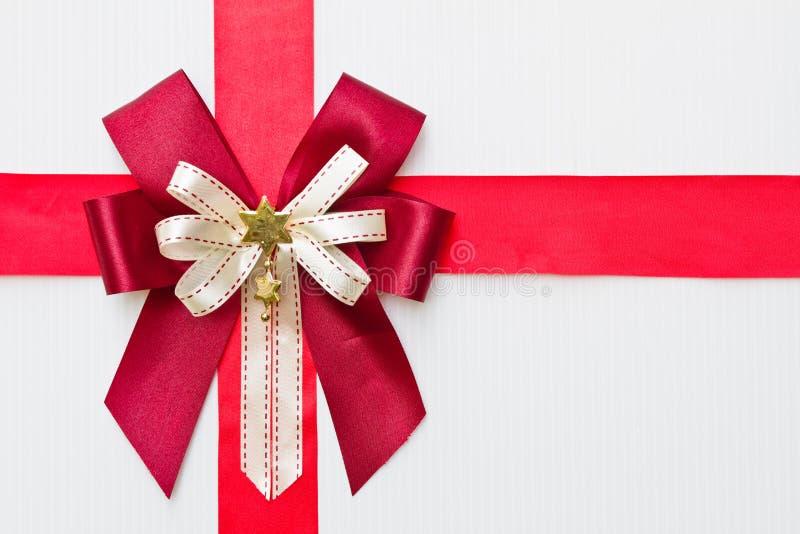 Rotes Geschenkfarbband stockfotos