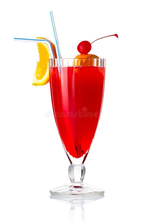 Rotes Getränkcocktail mit orange Scheibe und Regenschirm   lizenzfreies stockfoto