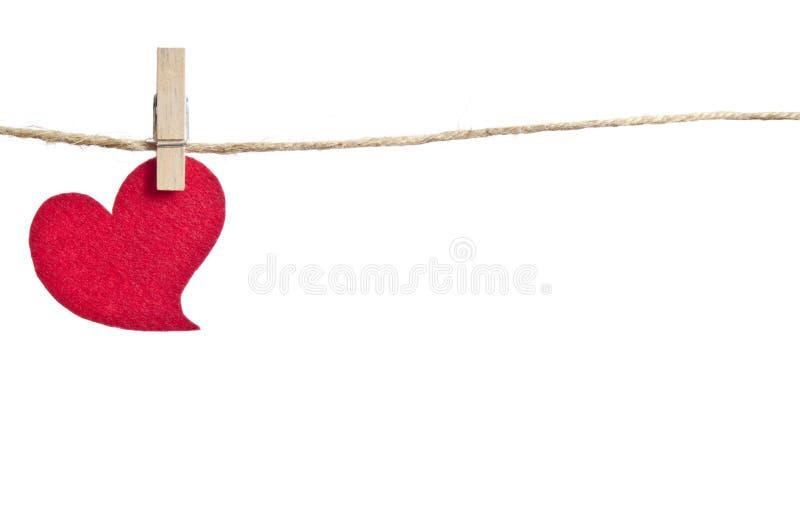 Rotes Gewebeherz, das an der Wäscheleine hängt lizenzfreie stockfotos