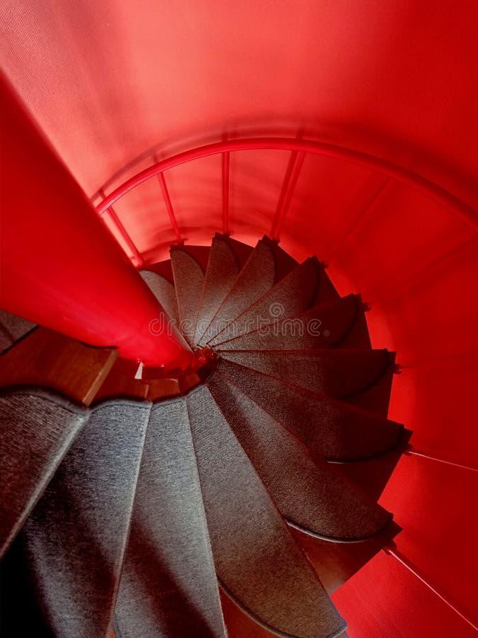 Rotes gewundenes Treppenhaus stockfotografie