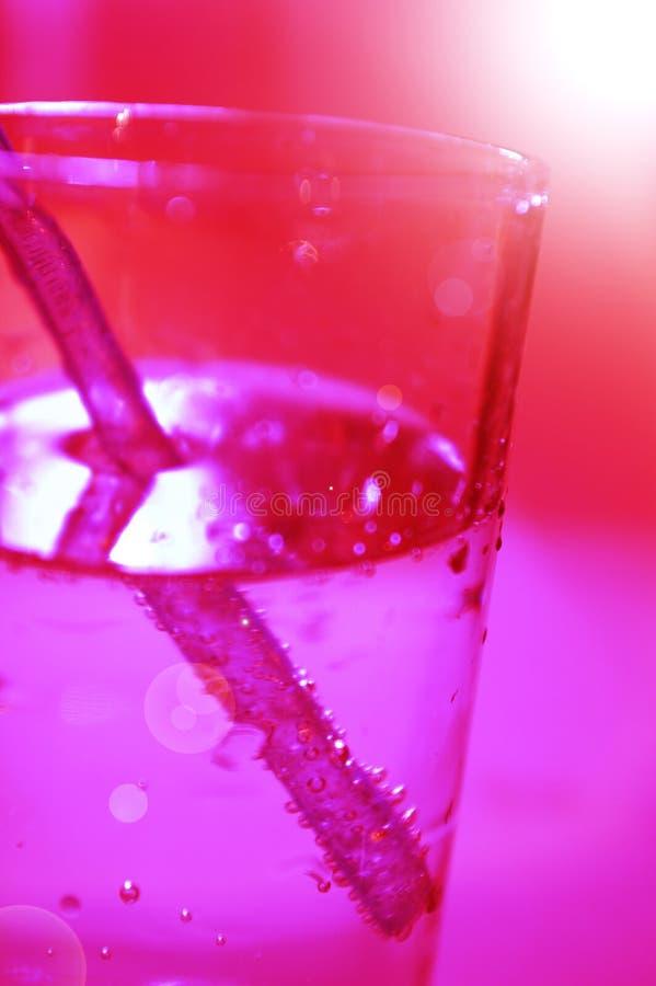 Rotes Glas mit Wasser stockfotos