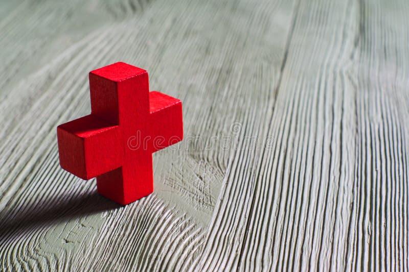 Rotes hölzernes Kreuz der Figürchens lizenzfreies stockbild