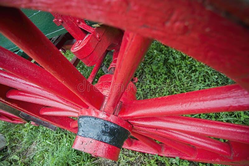 Rotes hölzernes spoked Lastwagenrad lizenzfreie stockfotos