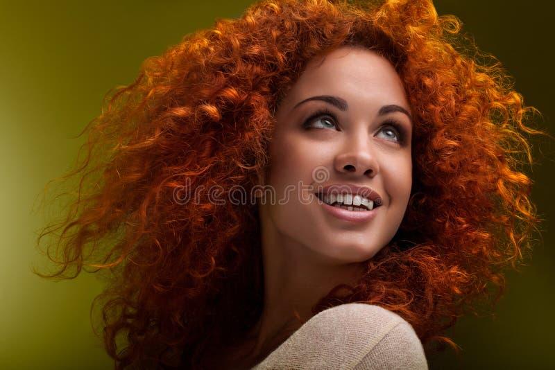 Rotes Haar. Schönheit mit dem gelockten langen Haar. Ima der hohen Qualität stockbild