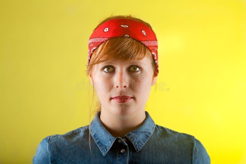 Rotes Haarband der Porträtfrau lizenzfreie stockbilder