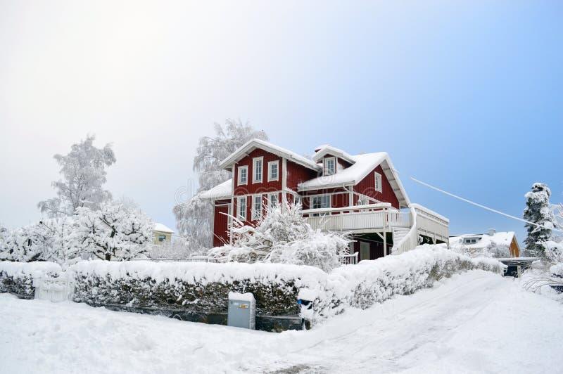 Rotes Haus I ein schwedisches Winter lanscape stockfotografie