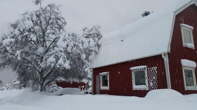 Rotes Haus im Schnee lizenzfreie stockfotos
