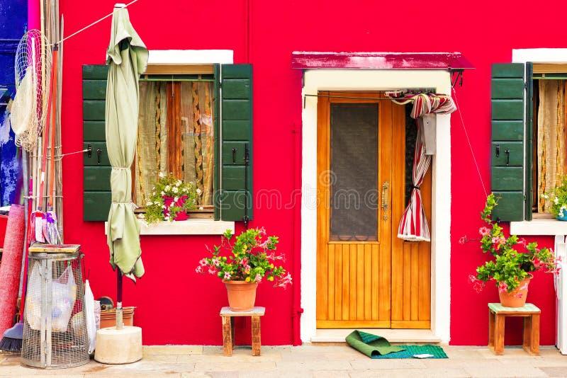 Rotes Haus mit Blumen und Anlagen Buntes Haus in Burano-Insel nahe Venedig, Italien stockbilder