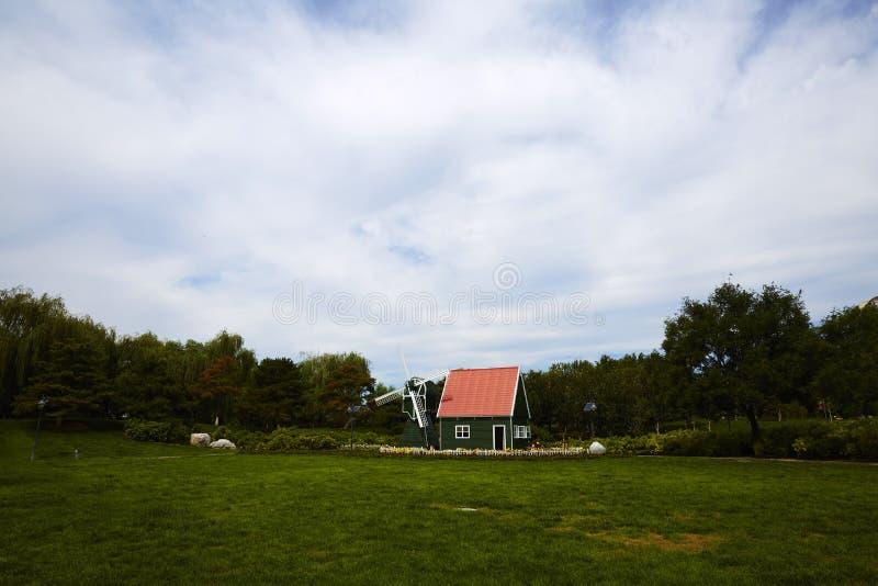 Rotes Haus mit Windmühle lizenzfreie stockfotos