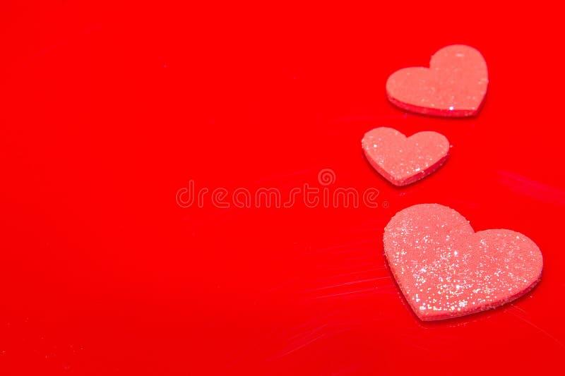 Rotes Herz auf einem roten Hintergrund, abstrakt stockbild