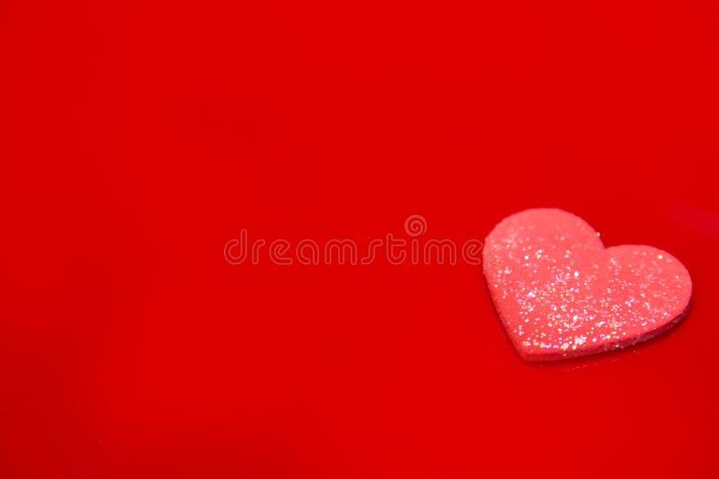 Rotes Herz auf einem roten Hintergrund, abstrakt lizenzfreie stockfotografie
