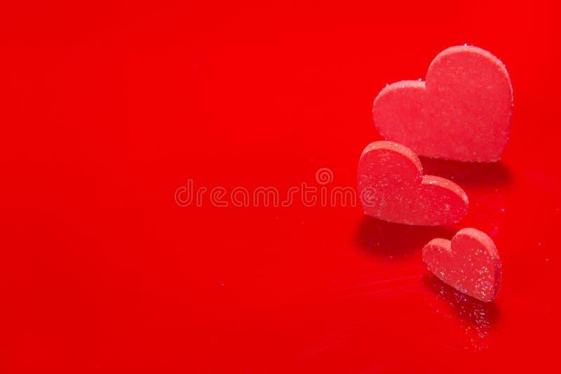Rotes Herz auf einem roten Hintergrund, abstrakt lizenzfreie stockfotos