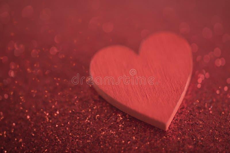 Rotes Herz auf Funkelnhintergrund stockfotos