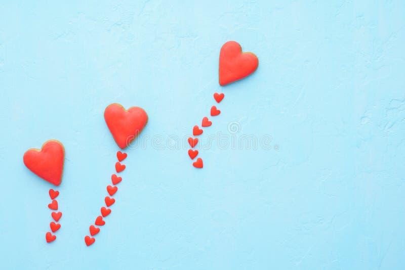 Rotes Herz formte die Ballone, die von den Plätzchen und von der Süßigkeitsfliege ausgemacht wurden stockfotos