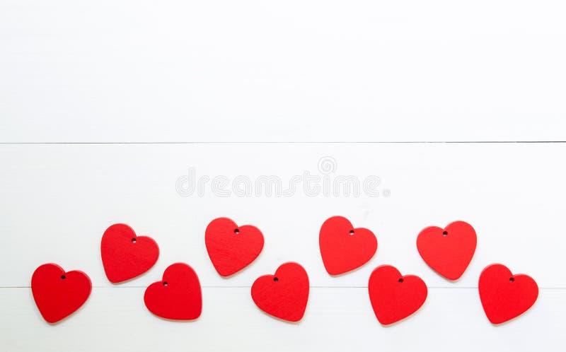 Rotes Herz mit Liebe auf hölzernem Hintergrund, am 14. Februar Valentinstag, auf weißem Holz des Schmutzes lizenzfreie stockfotografie