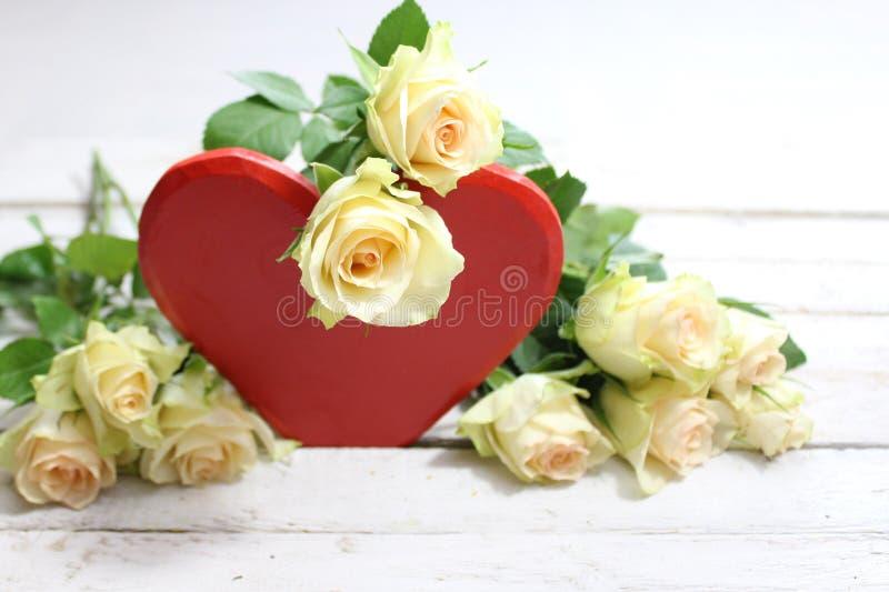 Rotes Herz mit weißen Rosen lizenzfreie stockfotos