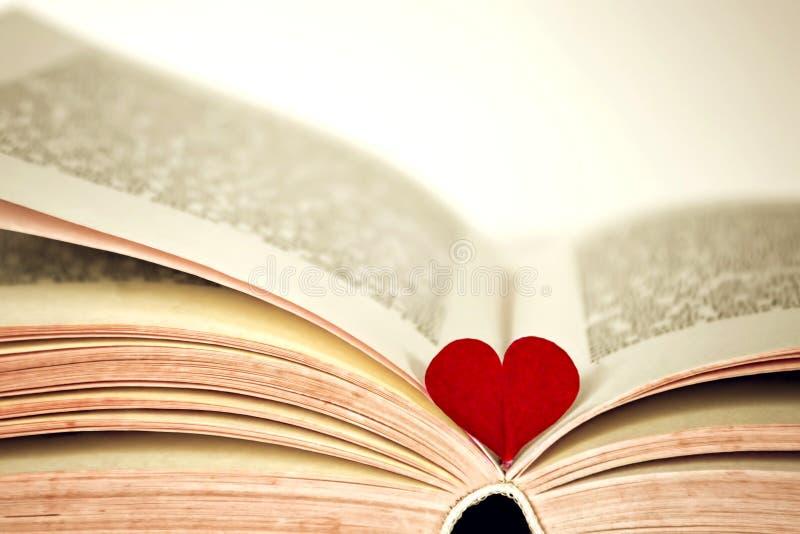 Rotes Herz und das Buch stockfotografie