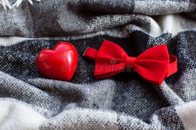 Rotes Herz und Fliege lizenzfreies stockbild