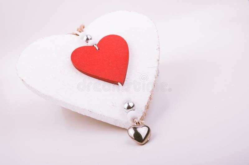 Rotes Herz und weißes hölzernes Herz lizenzfreies stockfoto