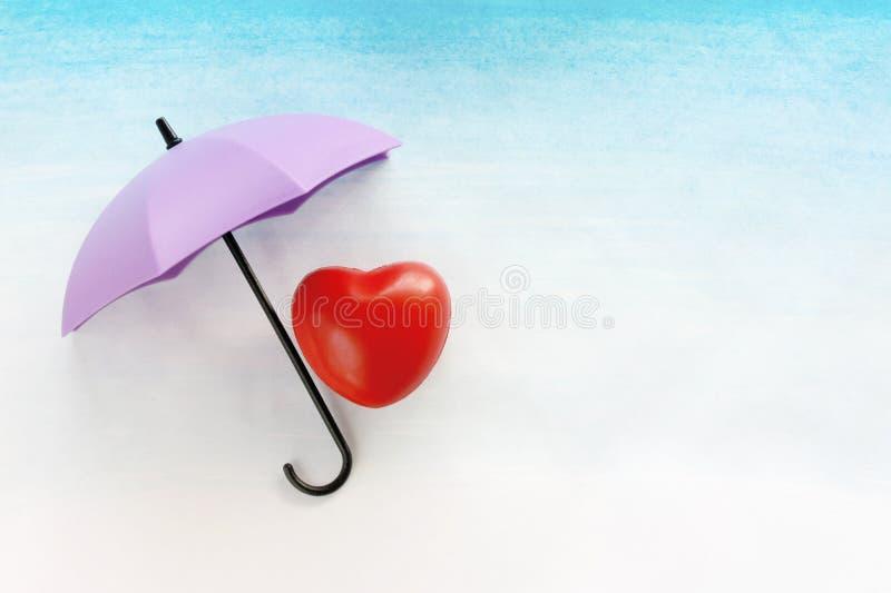 Rotes Herz unter einem Regenschirm lizenzfreie stockfotos