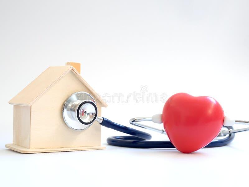 Rotes Herz unter Verwendung des Stethoskops auf dem blauen Hintergrund für Hausgesundheits-check Konzept der Liebe und des mitfüh lizenzfreies stockbild