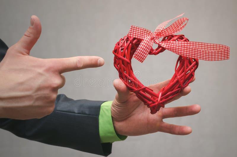 Rotes Herzformgeschenk in der Geschäftsmannhand Geschenk der Liebe Liebe vorhanden Der Antragkonzepthintergrund Ein Angebot der H lizenzfreies stockfoto