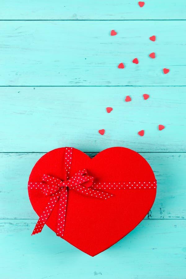 Rotes Herzgeschenk der Valentinsgrüße mit Süßigkeiten lizenzfreie stockfotografie