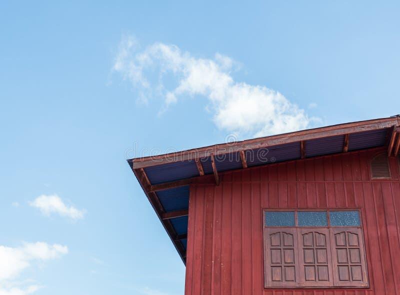 Rotes Holzhaus lizenzfreies stockbild
