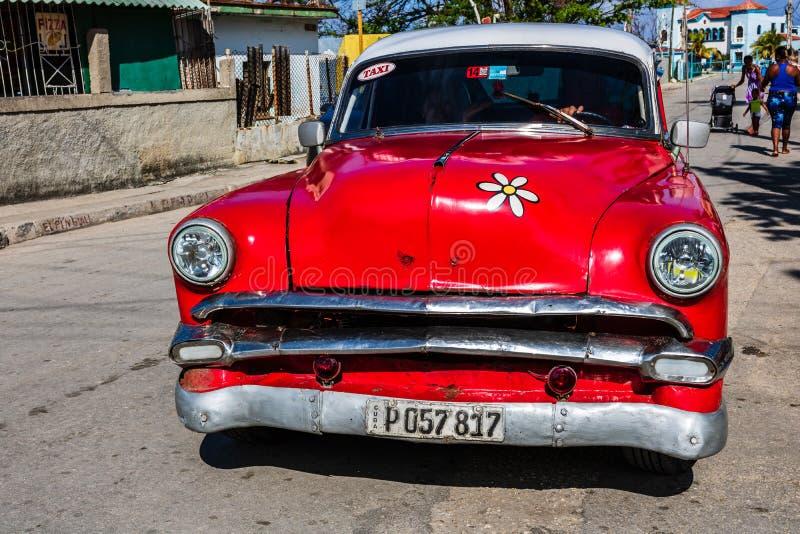Rotes klassisches amerikanisches Auto auf den Stra?en von Havana, Touristenattraktion lizenzfreie stockbilder