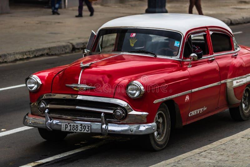 Rotes klassisches amerikanisches Auto auf den Stra?en von Havana, Touristenattraktion stockfotos