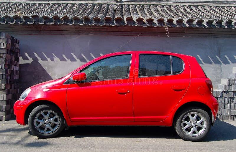 Rotes kleines Auto und Wand lizenzfreie stockfotos