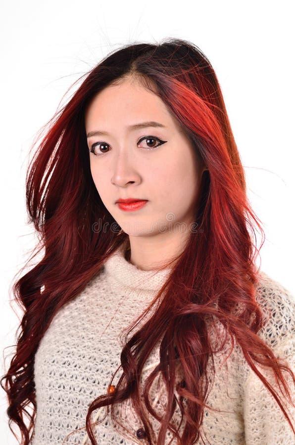 Rotes langes Haar der Asiatinnen auf moderne Mode lizenzfreie stockfotos