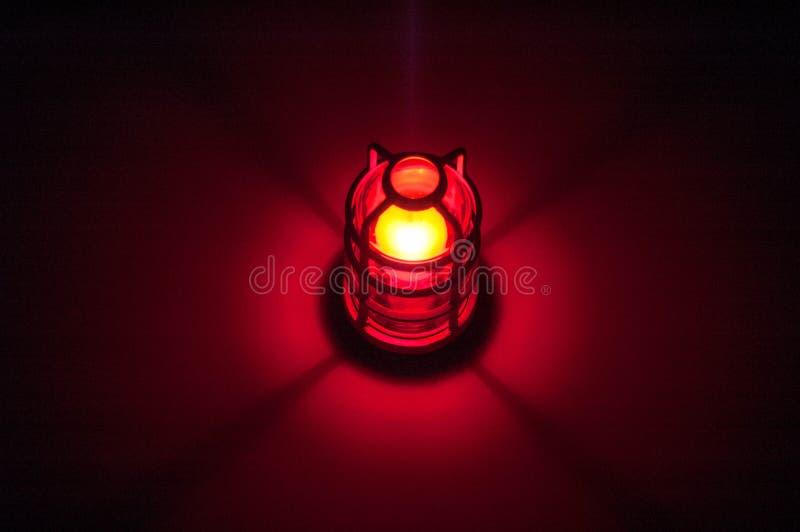 Rotes Licht im Radiosender glüht auf Wand stockfotografie
