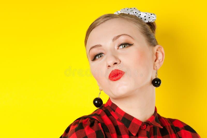 Rotes Lippenkussporträt einer Frau stockfotografie