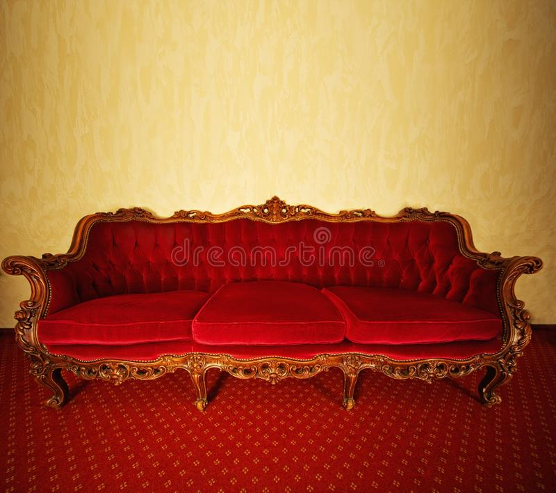 Rotes Luxuxsofa stockfoto