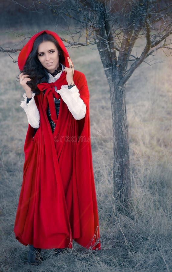 Rotes mit Kapuze Frauen-Märchen-Porträt stockbild