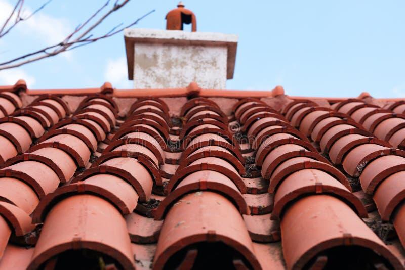 Rotes mit Ziegeln gedecktes Dach lizenzfreie stockbilder