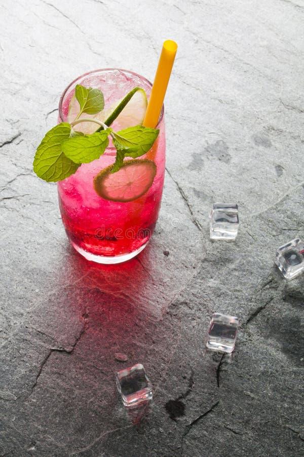 Rotes Natronkalkgetränk mit Kalk stockfotografie