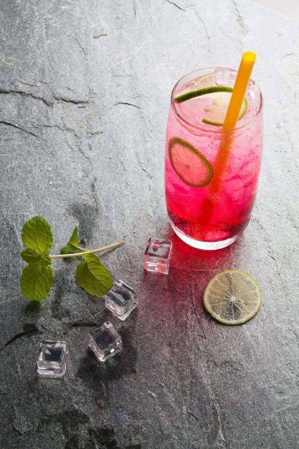 Rotes Natronkalkgetränk mit Kalk stockbild