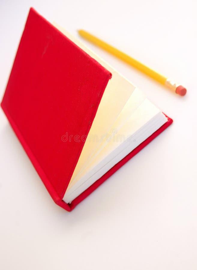 Rotes Notizbuch und gelber Bleistift stockfoto