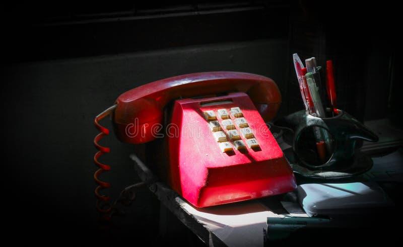 Rotes Oldietelefon stockbild