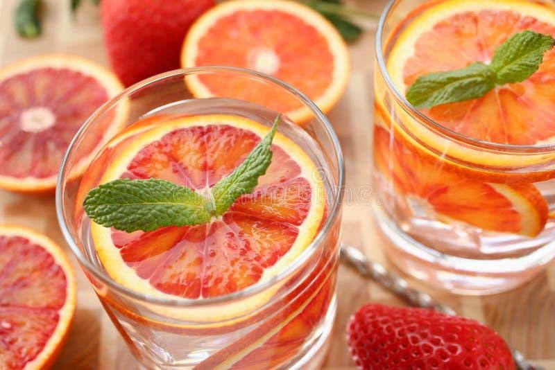 Rotes orange Durchschlagshaus machte Cocktailnahaufnahme stockfotos