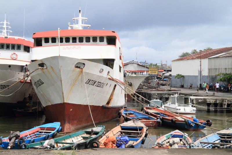 Rotes Ozeanschiff lizenzfreie stockfotografie