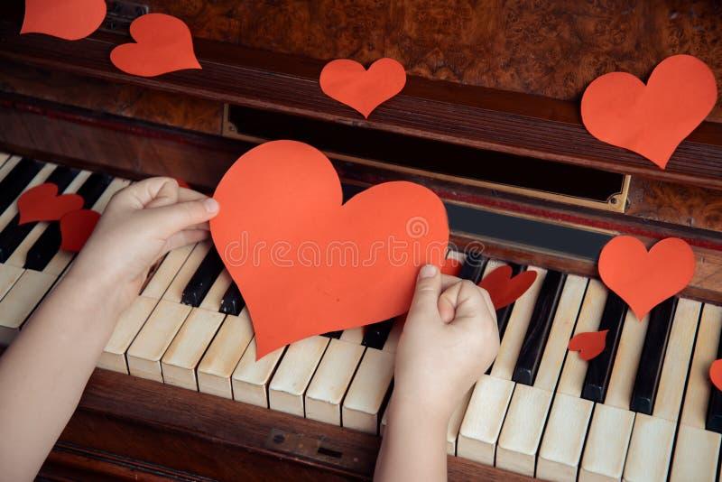 Rotes Papierherz und Klavier lizenzfreie stockfotos