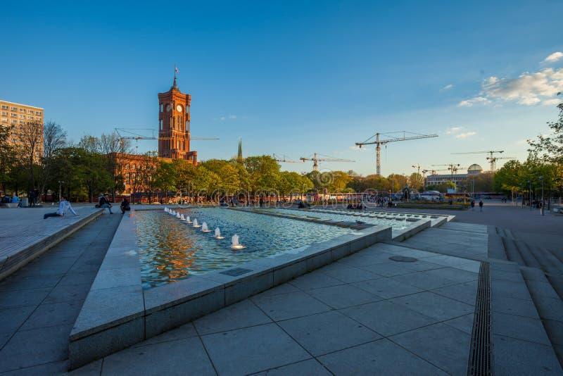 Rotes Rathaus de Berlín y cascadas del agua en Alexanderplatz fotos de archivo libres de regalías