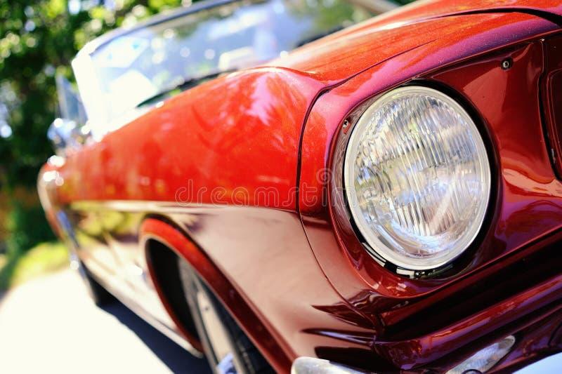 rotes Retro- Auto stockfotografie