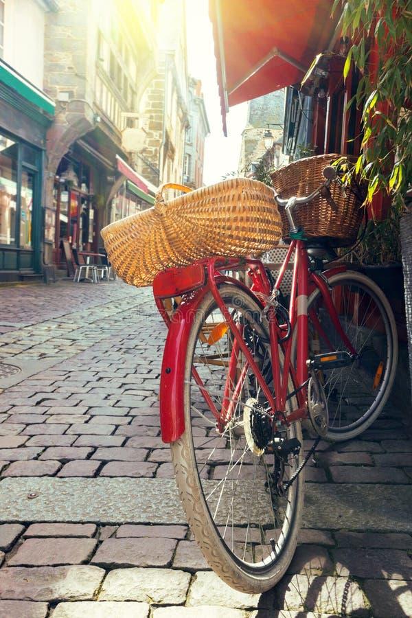Rotes Retro- Fahrrad lizenzfreie stockfotografie