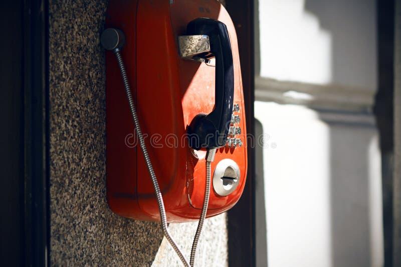 Rotes Retro- Telefon der Straße, verfügbar für jeder stockfotos