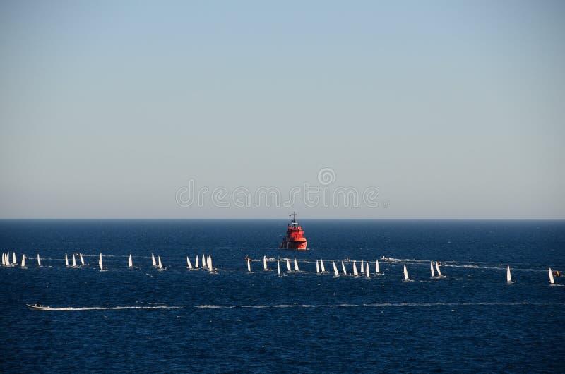 Rotes Schiff und Segelboote lizenzfreies stockfoto