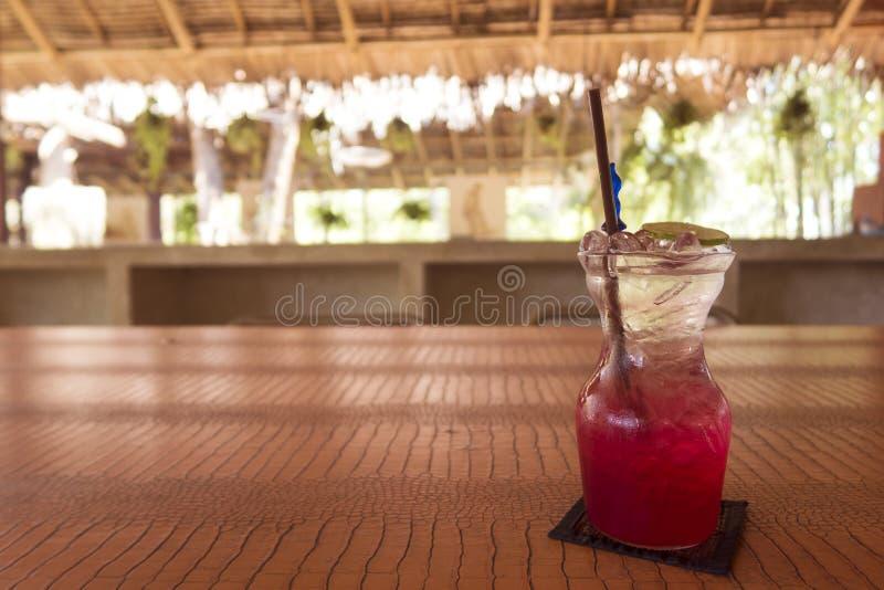 Rotes Soda mit Kalk auf Tabelle lizenzfreie stockfotos